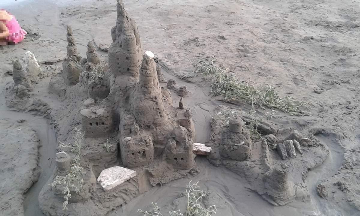 """Cijeli dan proveli na Bačvicama gradeći """"zamak"""": Pogledajte umjetničko djelo u pijesku"""