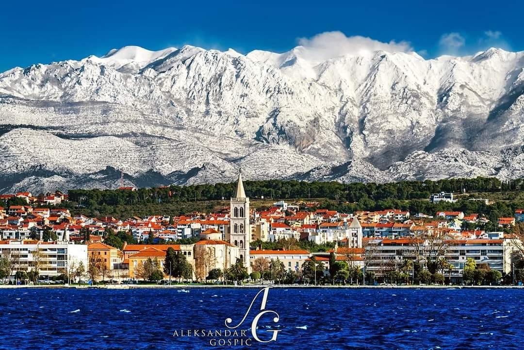 NE, NISU HIMALAJE Prekrasan prizor iz Dalmacije oduševio sve: Zadar i veličanstveni Velebit pun snijega