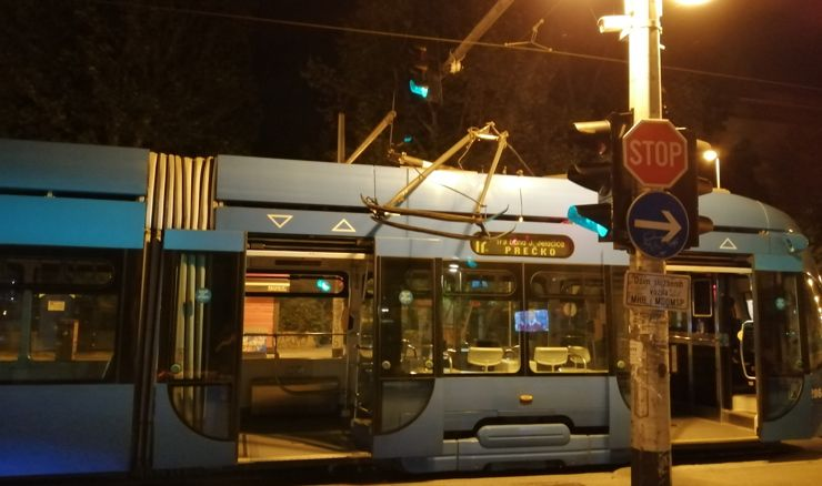 """[VIDEO] TRAMVAJSKA NESREĆA Srušio se pantograf i pao na tramvaj: """"Snažan bljesak i udarac"""""""