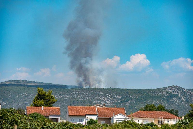 """VATROGASCI 'NEMAJU MIRA' Gori na sve strane u Dalmaciji, planulo na jugu: """"Vatra se širi na nepristupačnom terenu"""""""
