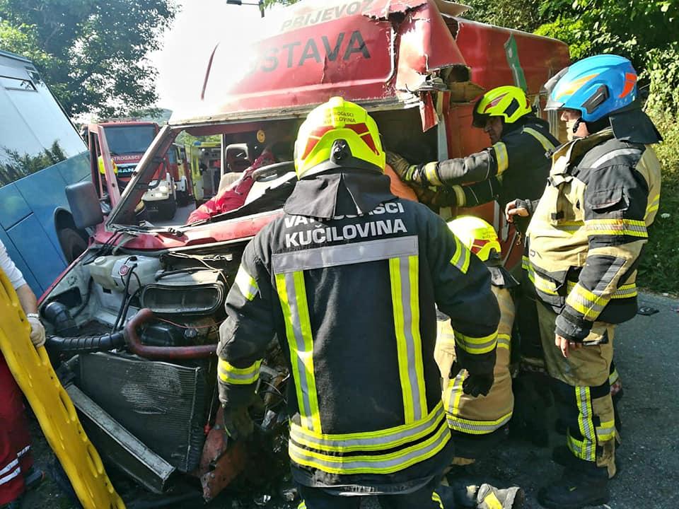 JOŠ JEDNA PROMETNA NESREĆA: Ozlijeđen je vozač kombija u teškom sudaru s autobusom